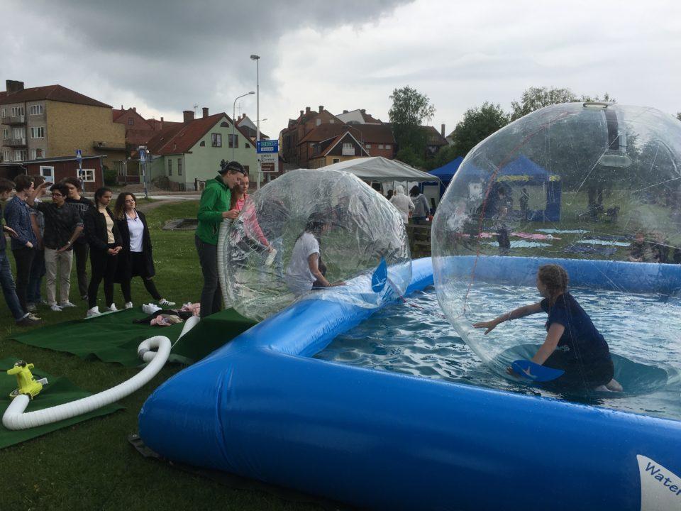 Ung Kultur Möts i Laholm kör vattenbollar waterzorb